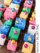 Kleine bunte Geschenke in Glitzer Geschenkpapier zu Weihnachten. Стоковое фото, фотограф Zoonar.com/Barbara Neveu / easy Fotostock / Фотобанк Лори