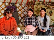 Zu Hause bei mongolischen Hirten, junger Mann und zwei junge Frauen... Стоковое фото, фотограф Zoonar.com/Pant / age Fotostock / Фотобанк Лори
