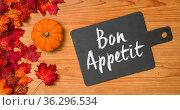 Autumn foliage with a blackboard - Bon Appetit. Стоковое фото, фотограф Zoonar.com/BORIS ZERWANN / easy Fotostock / Фотобанк Лори