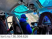 Pilot und Passagiere auf einem Transportflug im Helikopter Eurocopter... Стоковое фото, фотограф Zoonar.com/Georg / age Fotostock / Фотобанк Лори
