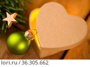 Herzförmiges Päckchen mit Tannengrün und Deko. Стоковое фото, фотограф Zoonar.com/Petra Schüller / easy Fotostock / Фотобанк Лори