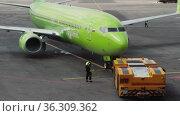 Boeing S7 airlines aircraft towing. Редакционное видео, видеограф Игорь Жоров / Фотобанк Лори