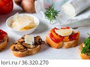 Bruschetta mit Bohnen und Rucola, Pilze, Ziegenkäse auf einem Holzbrett... Стоковое фото, фотограф Zoonar.com/Nils Melzer / easy Fotostock / Фотобанк Лори