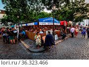 PARIS - JULY 1: Place du Tertre in Montmartre, Paris with street ... Стоковое фото, фотограф Zoonar.com/Andrey Omelyanchuk / age Fotostock / Фотобанк Лори