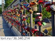Liebesschlösser, Schwanenwikbrücke, Geländer, Außenalster, Hamburg... Стоковое фото, фотограф Zoonar.com/Stefan Ernst / age Fotostock / Фотобанк Лори