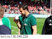 Claudio Pizarro (SV Werder Bremen) trinkt einen Becher vor dem Spiel... Стоковое фото, фотограф Zoonar.com/Joachim Hahne / age Fotostock / Фотобанк Лори