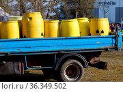 Symbolische Giftfässer bei einer Mahnwache vor dem Atomkraftwerk ... Стоковое фото, фотограф Zoonar.com/Joachim Hahne / age Fotostock / Фотобанк Лори
