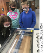 6th Grade Girls Watching 3-D Printer in Technology Class, Wellsville... Стоковое фото, фотограф Barrie Fanton / age Fotostock / Фотобанк Лори