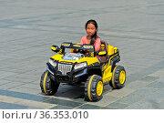 6 bis 8jähriges Mädchen fährt in einem elektrisch betriebenen Spielzeugauto... Стоковое фото, фотограф Zoonar.com/Pant / age Fotostock / Фотобанк Лори