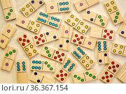 Background of random wooden domino pieces on textured bark paper. Стоковое фото, фотограф Zoonar.com/Marek Uliasz / easy Fotostock / Фотобанк Лори