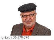 Portrait eines Seniors mit Brille und Schiebermütze freigestellt auf... Стоковое фото, фотограф Zoonar.com/Birgit Reitz-Hofmann / easy Fotostock / Фотобанк Лори
