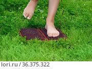 Feet of a woman standing on a sadhu yoga board with nails. Стоковое фото, фотограф Евгений Харитонов / Фотобанк Лори