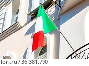 State flag of Italy on the balcony of the house. Стоковое фото, фотограф Zoonar.com/Alexander Blinov / easy Fotostock / Фотобанк Лори