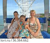 Счастливая семья катается на колесе обозрения. Зеленоградск, Калининградская область. Стоковое фото, фотограф Ирина Борсученко / Фотобанк Лори