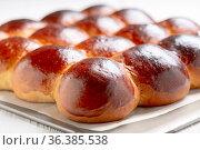 Freshly baked sweet yeast buns. Стоковое фото, фотограф Марина Сапрунова / Фотобанк Лори