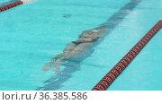 Плавание. Девочка медленно скользит под водой в бассейне. Стоковое видео, видеограф Мiлана Х / Фотобанк Лори
