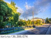 Ограда Кремлевского сада и пустынная улочка в Вологде. Стоковое фото, фотограф Baturina Yuliya / Фотобанк Лори