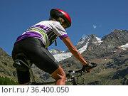 Mountainbiken im Valpellina im Piemont zu Füßen der mächtigen Walliser... Стоковое фото, фотограф Zoonar.com/Hans Eder / easy Fotostock / Фотобанк Лори