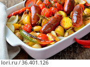 Mediterranes Essen: Spanische Chorizo Bratwürste mit kleinen Rosmarinkartoffeln... Стоковое фото, фотограф Zoonar.com/Karl Allgäuer / easy Fotostock / Фотобанк Лори
