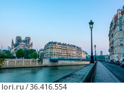 France. Early summer morning on the embankment of the Seine River... Стоковое фото, фотограф Zoonar.com/Mikhail Pavlov / easy Fotostock / Фотобанк Лори