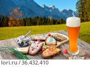 Brotzeit mit einem Hefeweißbier rustikal in den bayerischen Alpen... Стоковое фото, фотограф Zoonar.com/Karl Allgäuer / easy Fotostock / Фотобанк Лори