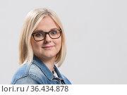 Portraitaufnahme einer jungen Frau mit blonden Haaren und Brille. Стоковое фото, фотограф Zoonar.com/Hans Eder / easy Fotostock / Фотобанк Лори
