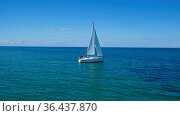 Weisses Segelboot auf blauem Meer. Стоковое фото, фотограф Zoonar.com/Gabriele Sitnik-Schmach / easy Fotostock / Фотобанк Лори