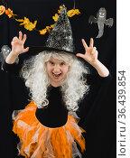 Девочка в костюме ведьмы и белом парике. Стоковое фото, фотограф Наталья Гармашева / Фотобанк Лори