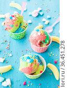 Buntes Eis mit Zuckerstreuseln und Marshmallows. Стоковое фото, фотограф Zoonar.com/Barbara Neveu / easy Fotostock / Фотобанк Лори