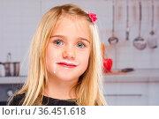 Mädchen Kind Milch Milchbart Bart gesunde Ernährung Küche. Стоковое фото, фотограф Zoonar.com/Markus Mainka / easy Fotostock / Фотобанк Лори