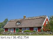 Hausidylle in Halland - rotes Holzhaus an der schwedischen Nordseeküste... Стоковое фото, фотограф Zoonar.com/Eder Christa / easy Fotostock / Фотобанк Лори