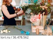 Florist woman make bouquet in flower boutique. Стоковое фото, фотограф Zoonar.com/Max / easy Fotostock / Фотобанк Лори
