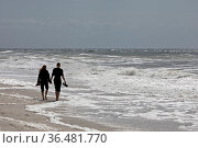 Junges Paar geht am Strand an der Meeresbrandung, Nordsee, Westkueste... Стоковое фото, фотограф Zoonar.com/Stefan Ziese / age Fotostock / Фотобанк Лори