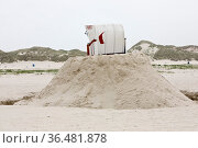 Strandkorb auf einem gebauten Sandhuegel am Strand, Norddorf, Insel... Стоковое фото, фотограф Zoonar.com/Stefan Ziese / age Fotostock / Фотобанк Лори