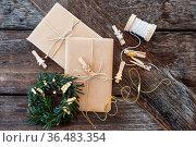 Geschenke und Dekoration zu Weihnachten auf Hintergrund aus Holz. Стоковое фото, фотограф Zoonar.com/Barbara Neveu / easy Fotostock / Фотобанк Лори