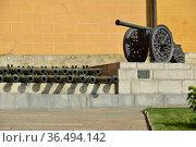 Экспонаты стволов старинных пушек, бронзовая пушка 1547 года в Московском Кремле. Стоковое фото, фотограф lana1501 / Фотобанк Лори