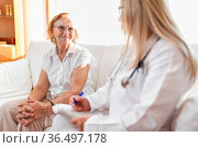 Senior woman during a medical exam with her practitioner. Стоковое фото, фотограф Zoonar.com/Tomas Anderson / easy Fotostock / Фотобанк Лори