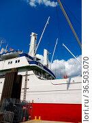 HAMBURG, GERMANY - JULY 18, 2015: Close up of large shipping crane... Стоковое фото, фотограф Zoonar.com/PAUL WASCHTSCHENKO / age Fotostock / Фотобанк Лори