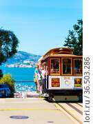 San Francisco, USA - May 15, 2016: Cable car with tourists clutching... Стоковое фото, фотограф Zoonar.com/Pius Lee / age Fotostock / Фотобанк Лори