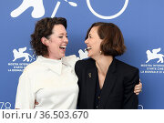 Maggie Gyllenhaal, Olivia Colman during 'The Lost Daughter' photocall... Редакционное фото, фотограф AGF/Maria Laura Antonelli / age Fotostock / Фотобанк Лори