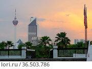 KUALA LUMPUR, MALAYSIA - JANUARY 18,2016 : Beautiful dramatic sunset... Стоковое фото, фотограф Zoonar.com/PAUL WASCHTSCHENKO / age Fotostock / Фотобанк Лори