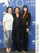 Maggie Gyllenhaal, Olivia Colman, Dakota Johnson during 'The Lost... Редакционное фото, фотограф AGF/Maria Laura Antonelli / age Fotostock / Фотобанк Лори