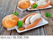 Streetfood bayerisch: Zwei Münchner Weißwürste und ein Paar Wiener... Стоковое фото, фотограф Zoonar.com/Karl Allgaeuer / easy Fotostock / Фотобанк Лори