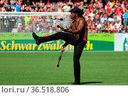Jongleur des Europapark mit Feuerfakel beim Fussball: Testspiel - ... Стоковое фото, фотограф Zoonar.com/Joachim Hahne / age Fotostock / Фотобанк Лори