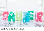Putzschwaemme als Schriftzug Sauber auf Hintergrund aus Marmor. Стоковое фото, фотограф Zoonar.com/Barbara Neveu / easy Fotostock / Фотобанк Лори