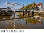 Die Weisse Bruecke im historischen Hafen, Toenning, Nordfriesland... Стоковое фото, фотограф Zoonar.com/Stefan Ziese / age Fotostock / Фотобанк Лори