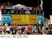 Gute Stimmung auch im VIP-Bereich auf der Haupttribüne beim Einzelwettkampf... Стоковое фото, фотограф Zoonar.com/Joachim Hahne / age Fotostock / Фотобанк Лори