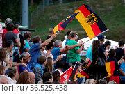 Die deutschen Skisprungfans hatten allen Grund zur Freude beim Einzelwettkampf... Стоковое фото, фотограф Zoonar.com/Joachim Hahne / age Fotostock / Фотобанк Лори