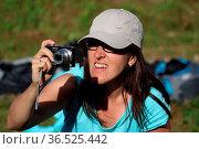 Noch schnell ein Schnappschuß, weiblicher Fan bei der Qualifikation... Стоковое фото, фотограф Zoonar.com/Joachim Hahne / age Fotostock / Фотобанк Лори