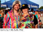 Fans im Kostüm beim Zeltmusikfestival ZMF Freiburg - Dieter Thomas... Стоковое фото, фотограф Zoonar.com/Joachim Hahne / age Fotostock / Фотобанк Лори